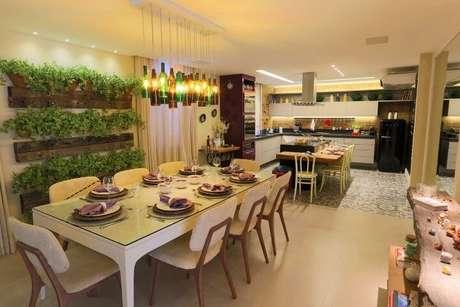 26. Sala de jantar integrada à cozinha com jardim vertical em vasos de cerâmica. Projeto de Lorrayne Zucolotto