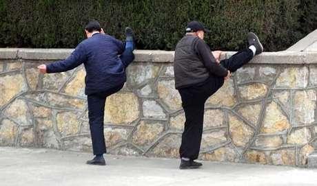 PARA GLÚTEO E POSTERIOR DE COXA: Com o corpo reto, apoie um dos calcanhares em um banco. Mantenha a perna esticada e o outro pé no chão, virado para frente