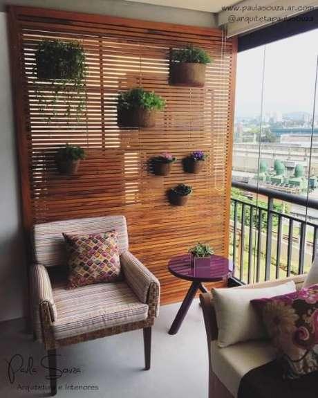 43. Terraço com vasos de fibra de coco em estrutura de madeira. Projeto de Paula Souza