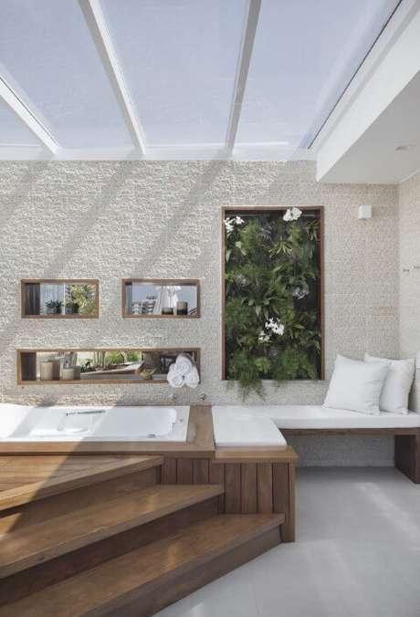 56. Terraço com jardim vertical e jacuzzi. Projeto de Mariana Martini