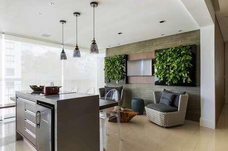 19. Varanda gourmet ampla com jardim vertical em painéis quadrados
