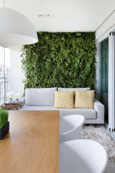 45. Varanda gourmet com jardim vertical atrás do sofá. Projeto de GF Projetos