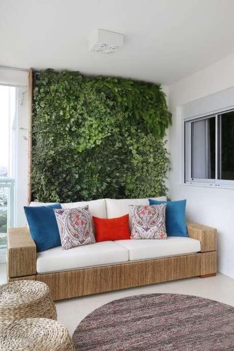17. Parede com jardim vertical atrás do sofá. Projeto de SP Estúdio