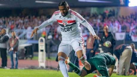 Reinaldo disputa bola no clássico contra o Palmeiras (Foto: Thiago Rodrigues/Ofotografico)
