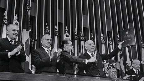 No aniversário de 30 anos da Constituição, o conjunto de leis mais importantes do Brasil virou alvo das duas principais candidaturas à Presidência; Fernando Haddad e o vice de Bolsonaro defenderam fazer uma nova Carta Magna
