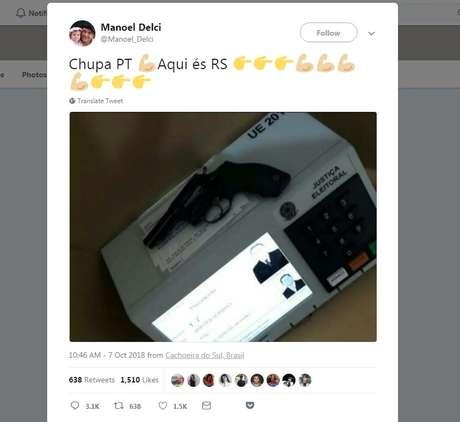 """Usuário publicou foto de revólver em cima da urna; circula também um vídeo de uma pessoa usando o cano de um revólver para digitar o número """"17"""", de Bolsonaro, na urna"""