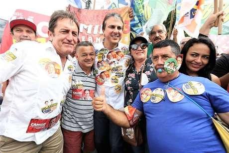 Apoio.O governador Camilo Santana (no centro) reuniu 16 partidos em sua coligação e isolou o candidato tucano no Estado.
