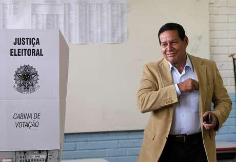 Hamilton Mourão vota em Brasília 07/10/2018 REUTERS/Adriano Machado