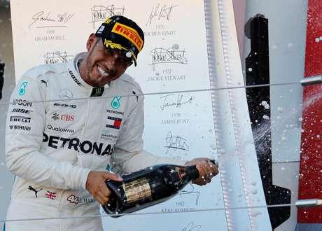Hamilton comemora a vitória em Suzuka