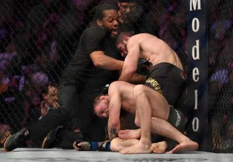 Khabib Nurmagomedov finalizou McGregor no quarto round, após dominar o irlandês (Foto: Getty Images / UFC)