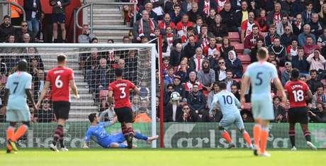 Hazard marcou o primeiro gol do Chelsea na partida e é o artilheiro isolado da Premier League (Reprodução/Chelsea)