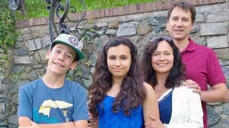 Natasha em foto com sua família; apesar de ter recebido doses de epinefrina, ela teve parada cardiorrespiratória após reação alérgica