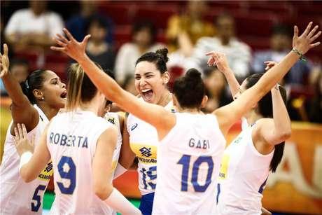 Atletas da seleção feminina de vôlei comemoram ponto em vitória no Mundial de 2018