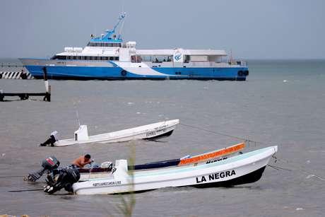 Homem empurra barco enquanto tempestade tropical Michael se aproxima de Cancún, no México 07/10/2018 REUTERS/Israel Leal