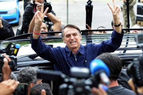 Jair Bolsonaro chega para votar na Escola Municipal Rosa da Fonseca, na Vila Militar, no Rio de Janeiro (RJ)