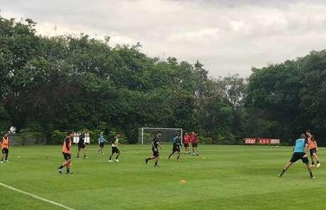 Elenco do São Paulo durante treinamento na tarde desta segunda-feira no CT da Barra Funda (Alexandre Coutinho/saopaulofc.net)