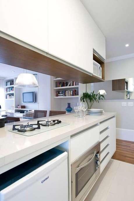 12. O armário planejado para cozinha pequena é excelente para otimizar espaço – Foto: Two Design