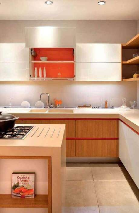 14. Decoração com armário de cozinha planejado branco e laranja por dentro – Foto: The Holk