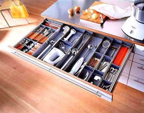 16. Invista em armário planejado de cozinha que venha com divisórias nas gavetas – Foto: Pinterest