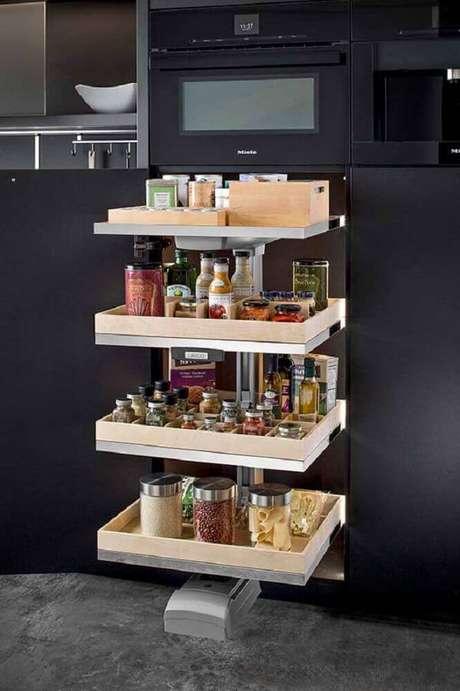 10. Invista em um armário planejado de cozinha que já venha com compartimentos planejados para guardar mantimentos – Foto: Home Design