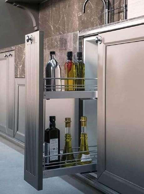 21. Alguns modelos de armário de cozinha planejado já vem com espaço para guardar temperos – Foto: Pinterest