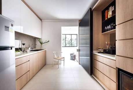 22. Cozinha corredor decorada com armário de cozinha planejado – Foto: VodkaRouge