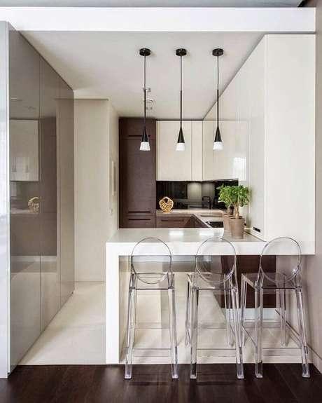 24. Decoração moderna com armário planejado para cozinha pequena com banquetas de acrílico transparente e pendentes modernos – Foto: DesignMyHome