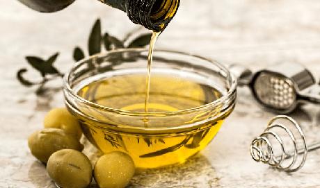 7. Tempere com AZEITE de oliva e vinagre. O azeite de oliva extravirgem é fonte de ácidos graxos monoinsaturados, que evitam o acúmulo de gorduras ruins nos tecidos. O vinagre contém ácido acético, que aumenta a velocidade com que o corpo queime gordura.