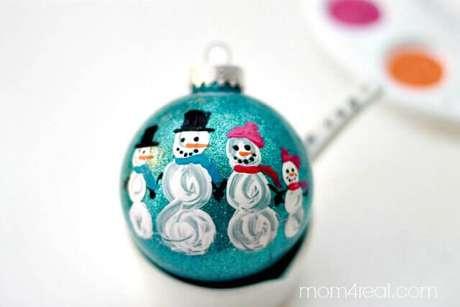 36. Bola natalina com desenho de bonecos de neve