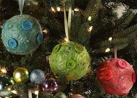 34. Bolas de natal feitas de linhas e botões
