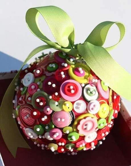 38. Bola de natal com botões coloridos e laço verde