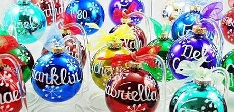 68. Bolas de natal coloridas com nomes pintados à mão. Foto de Ornament Shop