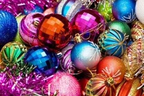 61. Bolas natalinas coloridas parecendo globo de festa. Foto de Que Andan Diciendo