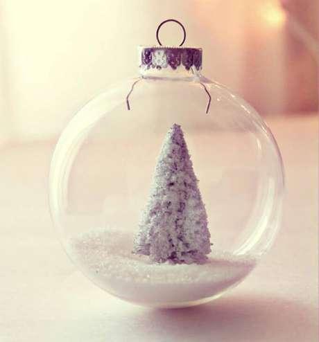 16. Bola transparente com árvore de natal