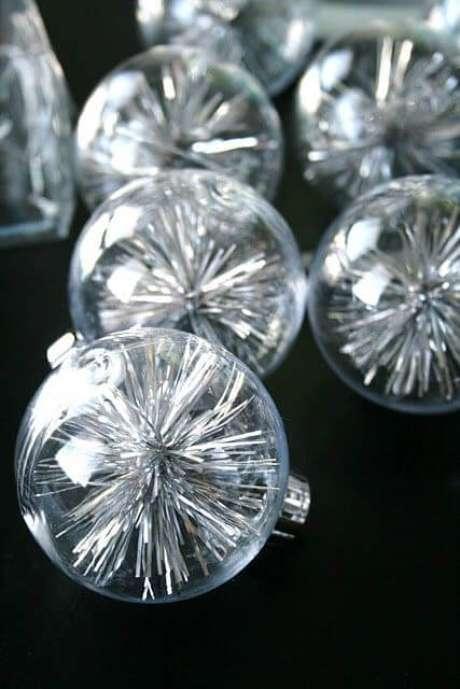 40. Bolas transparentes com enfeite prateado dentro
