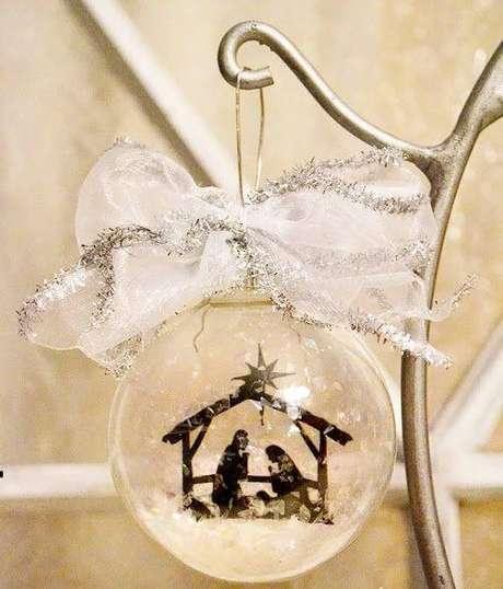 19. Bolinha de natal com desenho de presépio é uma forma diferente de decorar sua árvore