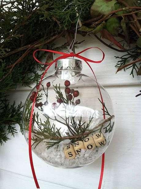 20. Bola de natal transparente com decoração de plantas
