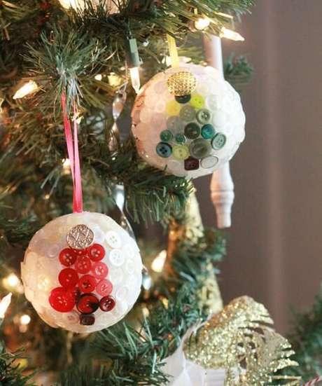 43. Bolas com botões formando o desenho de árvores de natal