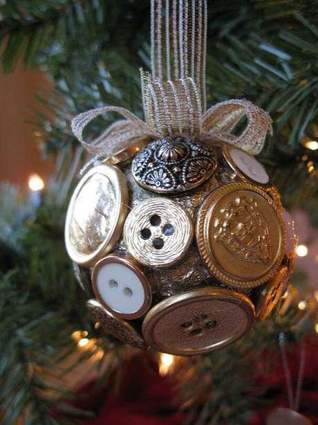 25. Bola natalina decorada com botões,um charme na decoração da árvore