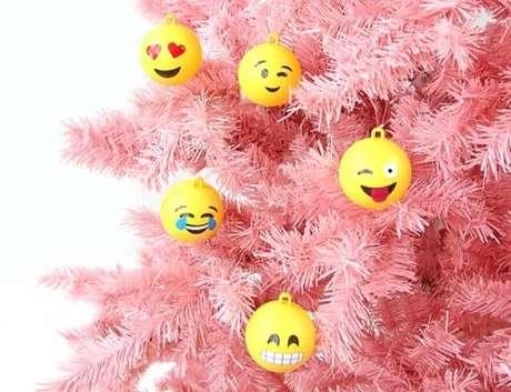 63. Bolas de natal de emojis em árvore cor de rosa. Foto de Simplichique