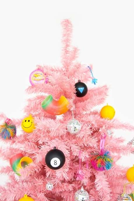 59. Árvore de natal moderninha com enfeites divertidos. Foto de Aww Sam