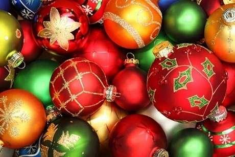 67. Bolas de natal em cores clássicas do natal. Foto de WNMU
