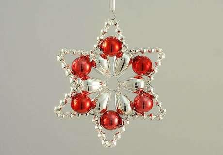 49. Estrela feita com bolas de natal vermelhas, uma boa opção deenfeite de porta ou para a árvore de natal