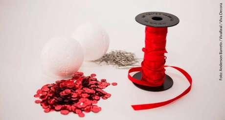 2.São esses os materiais necessários para o nosso passo a passo de como fazer bolas de natal