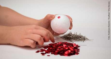 5. Aí basta repetir os passos anteriores para prender as lantejoulas nas suas bolas de natal