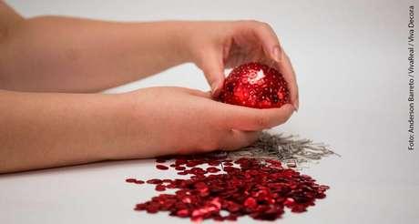 8.Faça isso com muito cuidado até cobrir quase completamente suas bolas de natal personalizadas