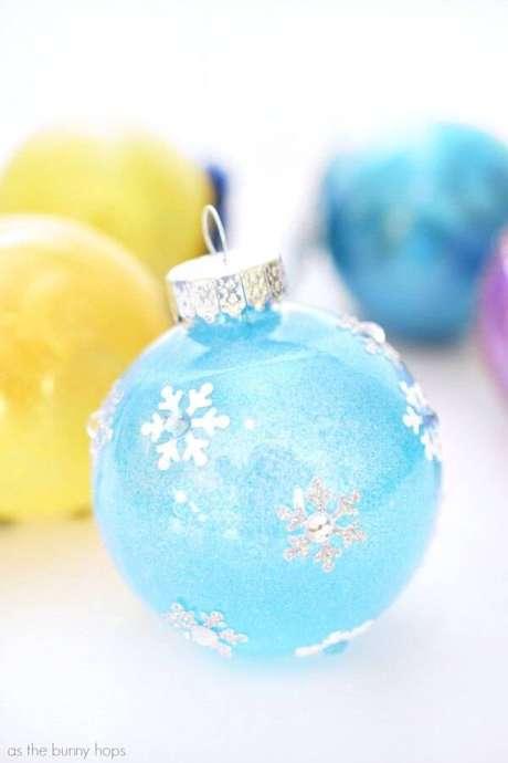 28. Bola de natal inspirada na princesa Elsa da Disney
