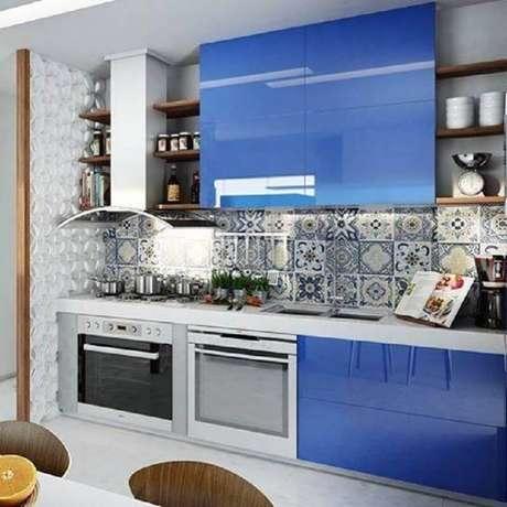 25. As cores de armário de cozinha planejado podem mudar todo o visual do ambiente – Foto: Michele Luedy Arquitetura