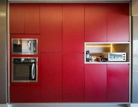 26. Cores de armário de cozinha planejado em vermelho – Foto: Mis Arquitetura e Interiores