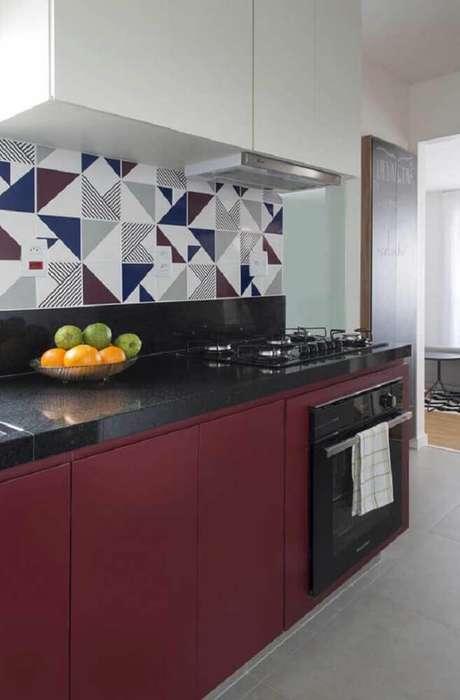 27. Decoração com armário planejado de cozinha branco e vinho e azulejos estampados – Foto: SP Estúdio